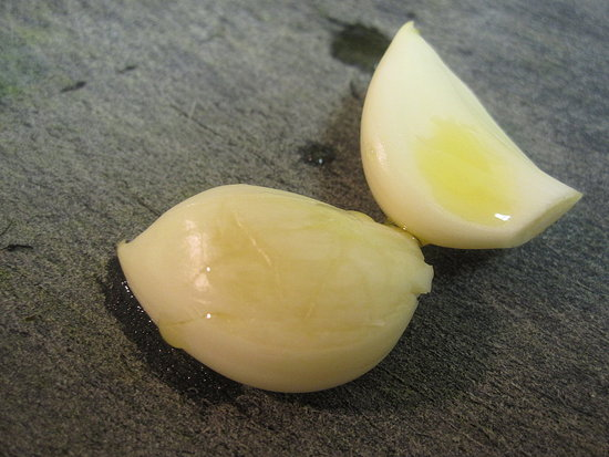 How to Get Rid of Garlic's Stickiness