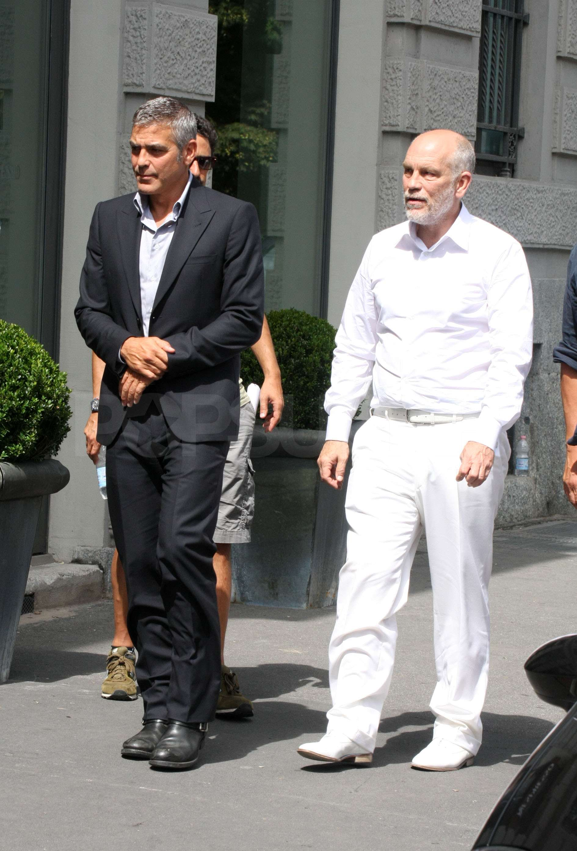 Pictures of George Clooney and John Malkovich Shooting a ... брэд питт рост