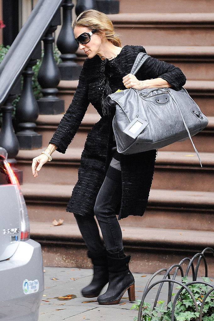 Sarah Jessica Parker leaving her NYC apartment in an all-black look with a gigantic Balenciaga.