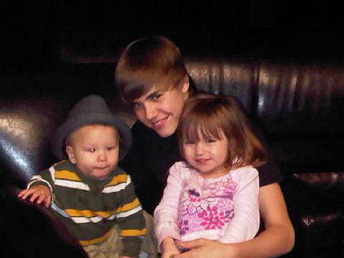 Justin Bieber curte feriado com os 'babies' da família Bieber