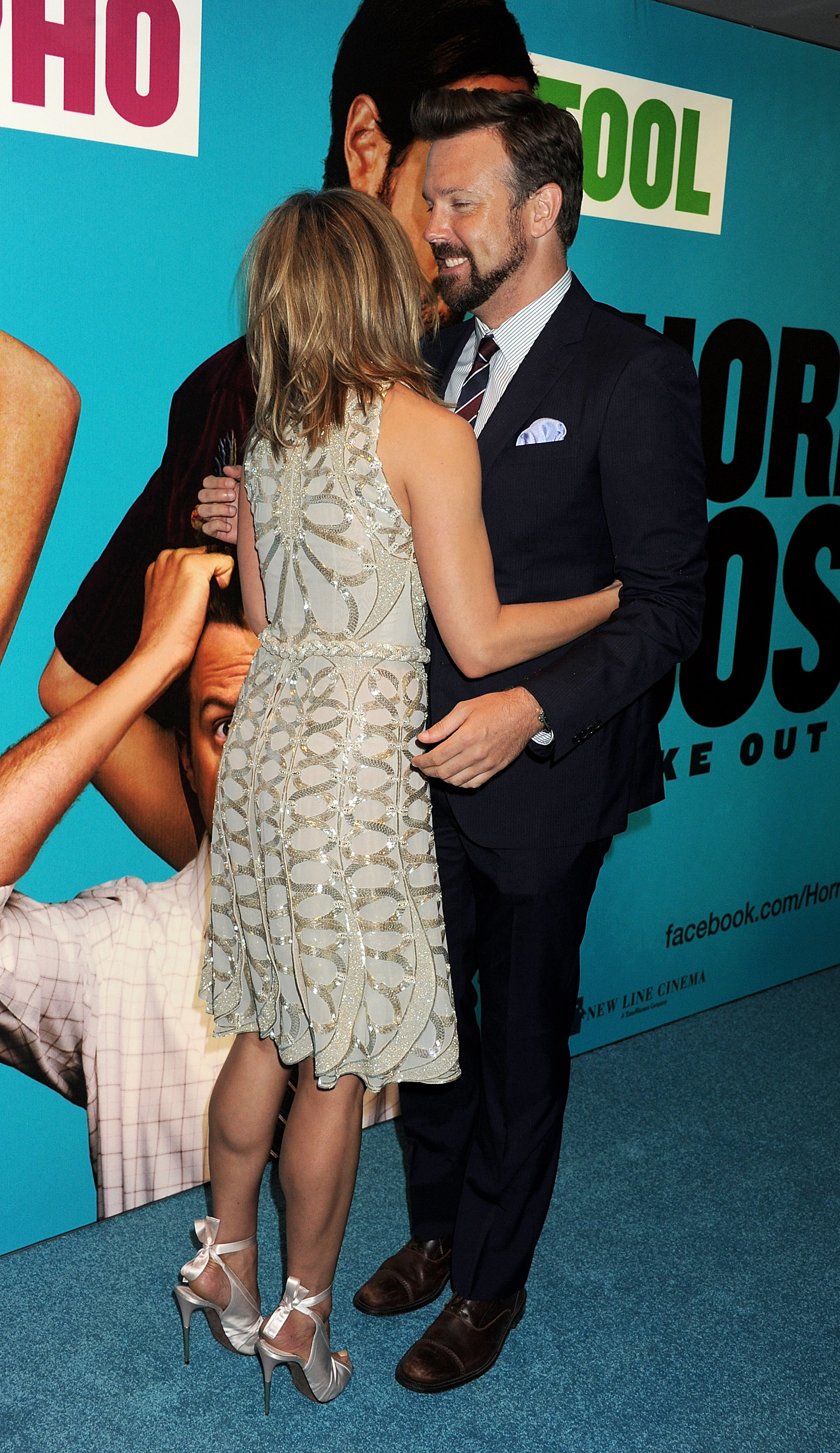Jennifer Aniston and Jason Sudeikis hugging.