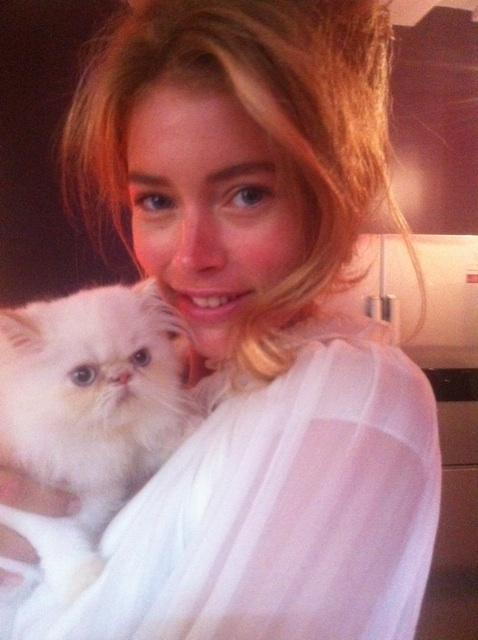 Doutzen Kroes posed with her cat at a studio in Paris. Twitter User: LOrealParisUSA