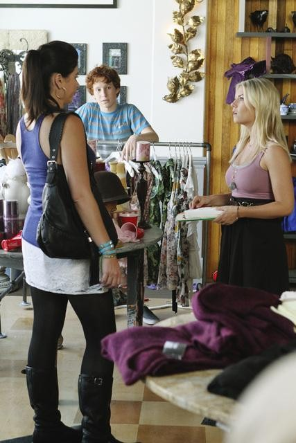 Casey Wilson as Penny and Elisha Cuthbert as Alex on Happy Endings.