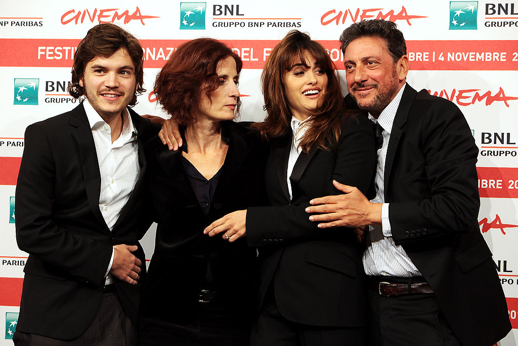 The Venuto al Mondo stars posed with director Sergio Castellitto.