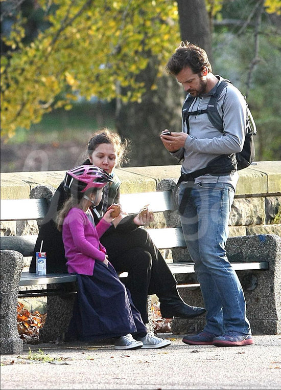 Maggie Gyllenhaal, Peter Sarsgaard, and Ramona stopped for a snack.