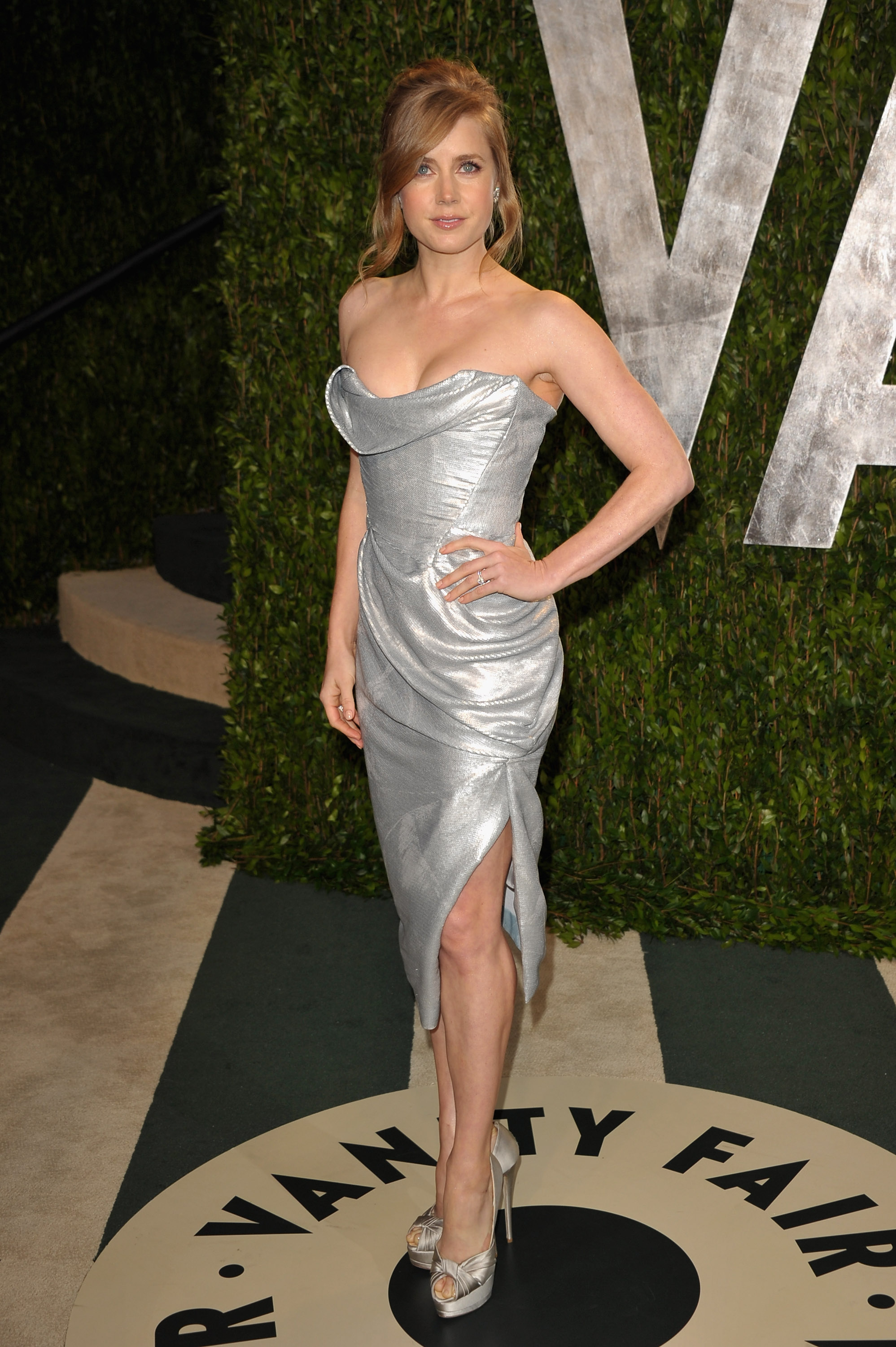 Amy Adams in metallic Vivienne Westwood dress paired with matching pumps and Cartier vintage diamond flower earrings and a Cartier ring.