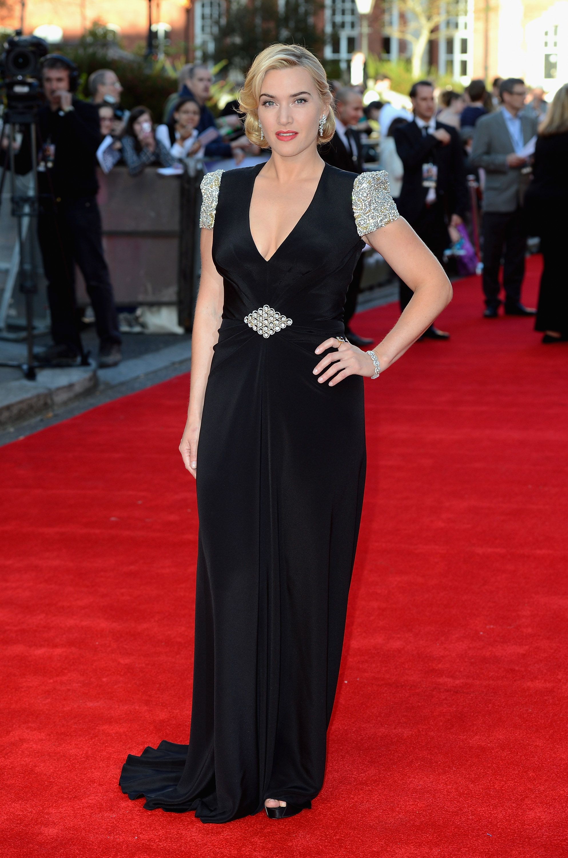 Kate Winslet dazzled in a black v-neck dress at the ...