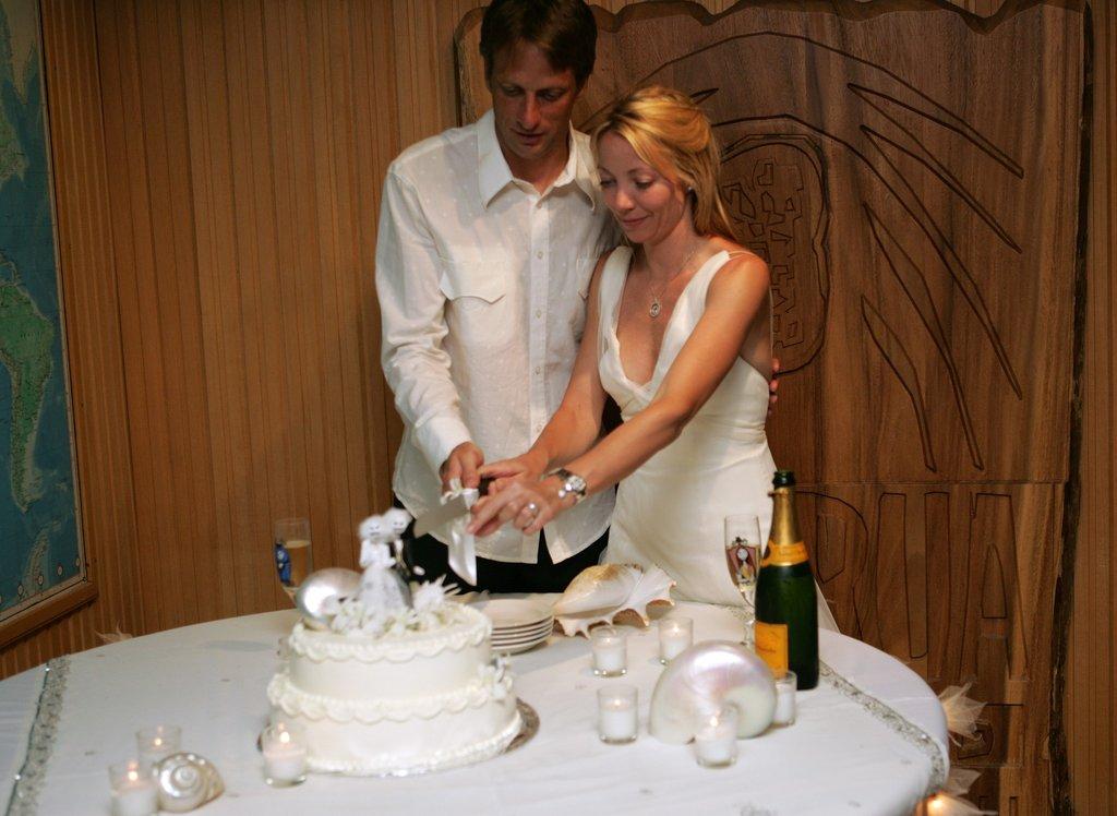 Tony Hawk and Lhotse Merriam married in Fiji during January 2006.
