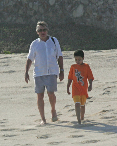 Robert De Niro and his son Elliot walked on the beach in Cabo San Lucas in 2006.