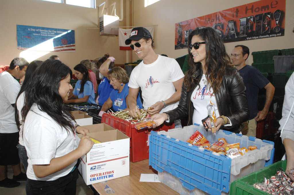 Matthew McConaughey and Camila Alves smiled while doing charity work at the Operation Gratitude Event in October 2009 in LA.