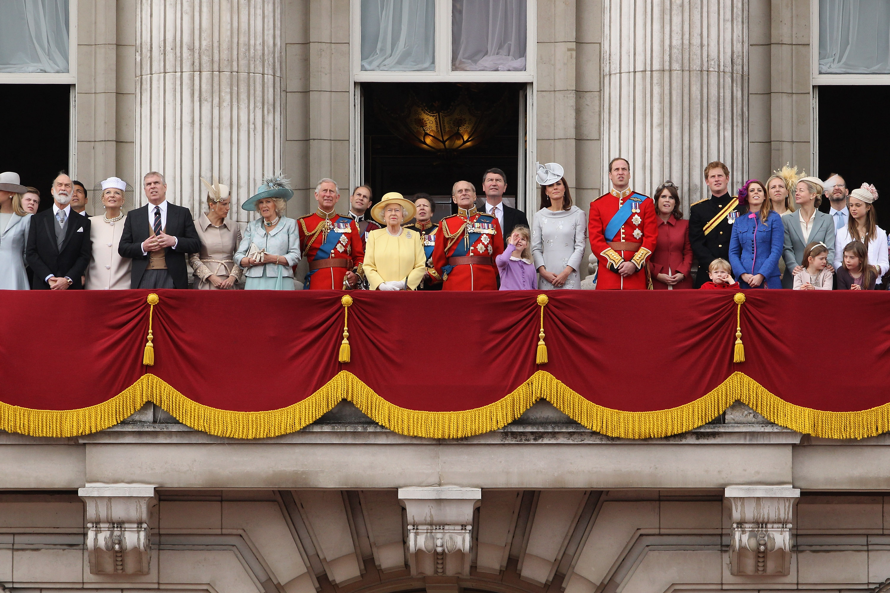 Kate middleton prince william prince charles prince for Queen elizabeth balcony