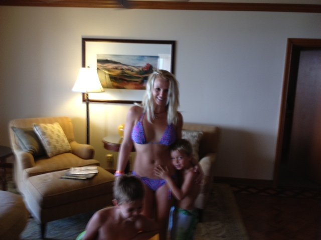 Britney Spears posed in a bikini with her boys.  Source: Twitter User BritneySpears