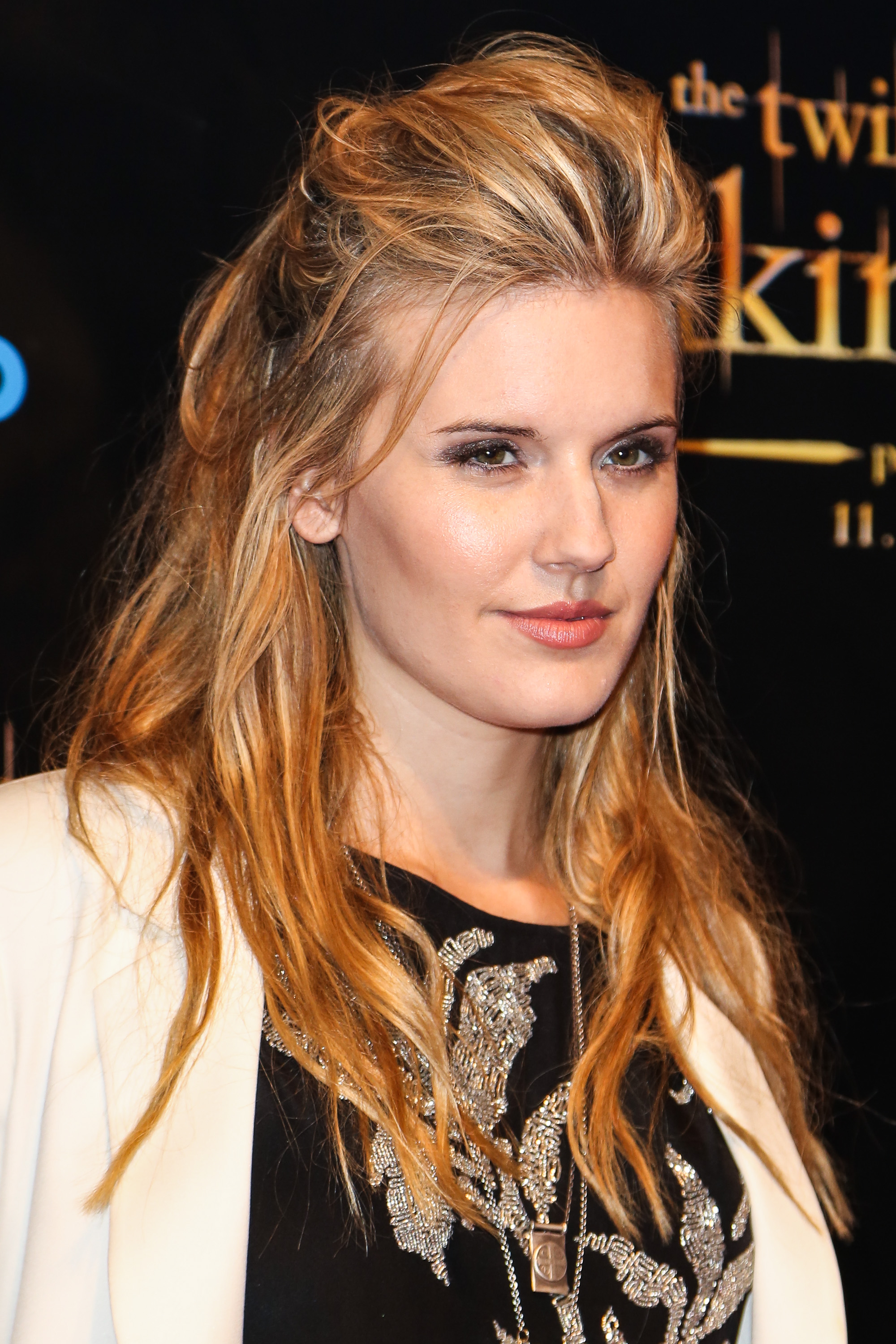 Maggie Grace Maggie Grace wore a black teeshirt with a white blazer to