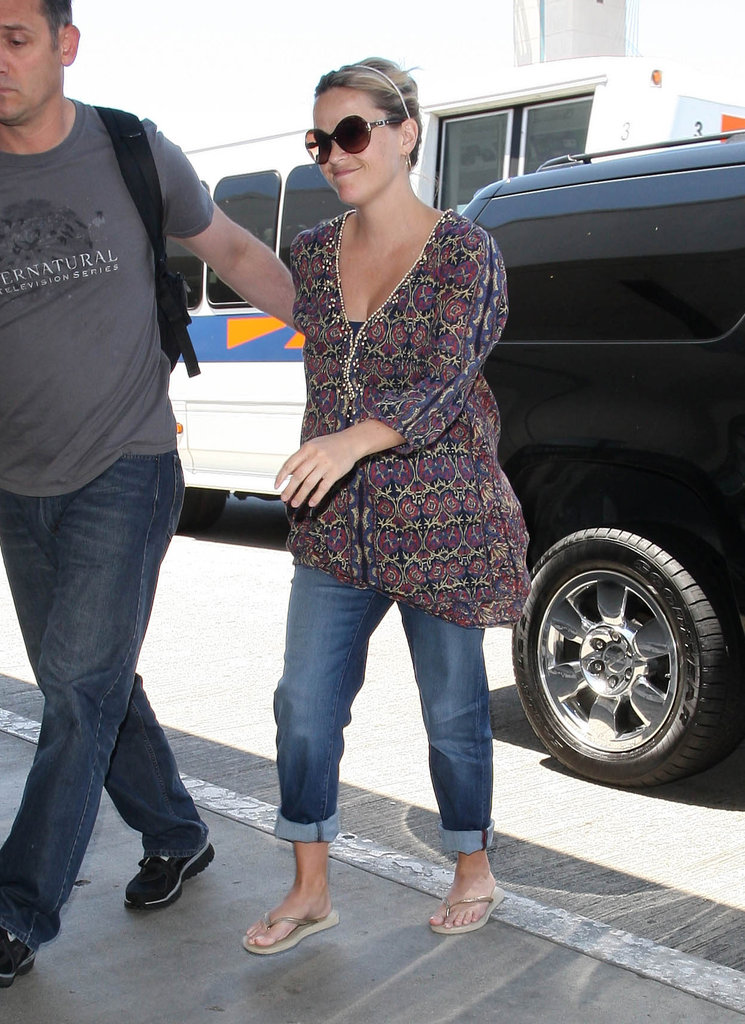 Reese Witherspoon looked great in a loose shirt and jeans.