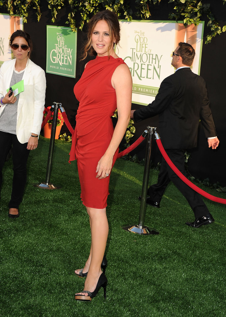 Jennifer Garner paired open- toe black pumps with her red dress.