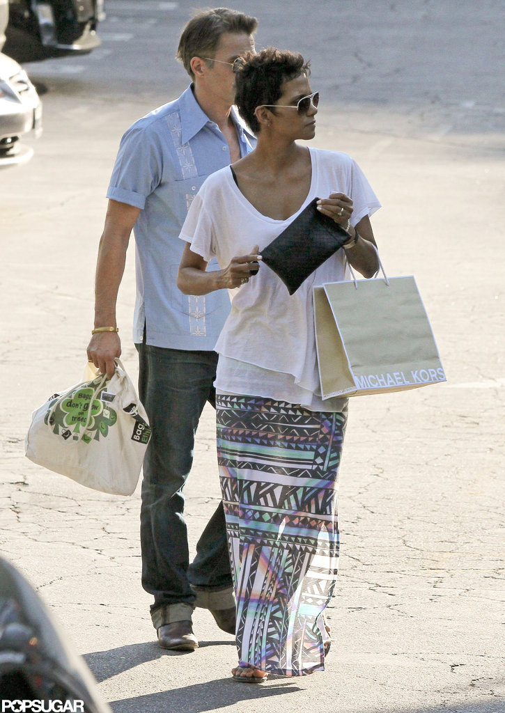 Halle Berry carried a bag while shopping with Olivier Martinez.