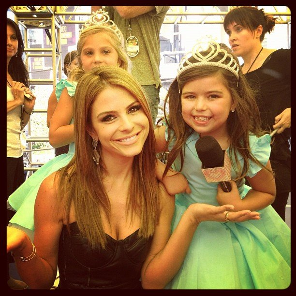 Maria Menounos chatted with the youngest reporters covering the VMAs.  Source: Instagram user extratv