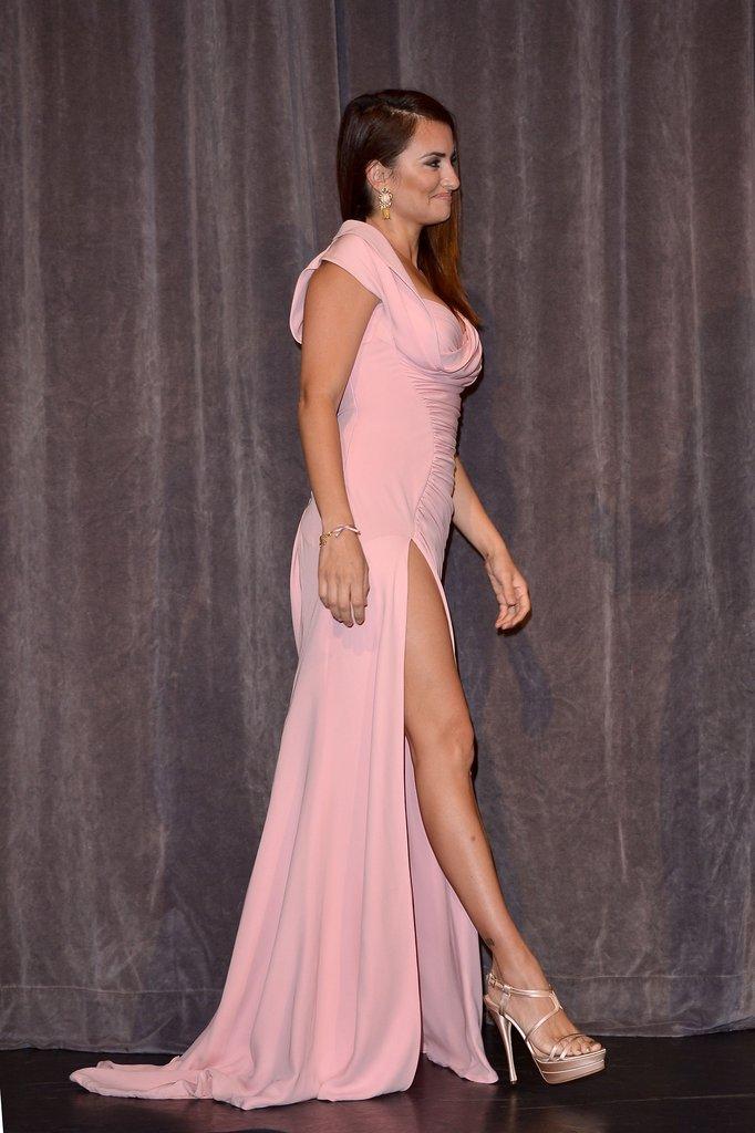 Penelope Cruz Has a Va-Va-Voom Moment on the TIFF Red Carpet