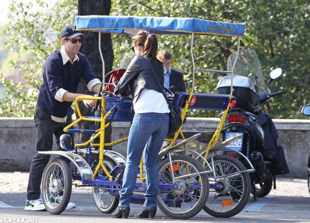 Olivia Wilde and Jason Sudeikis loaded up a rickshaw bike.