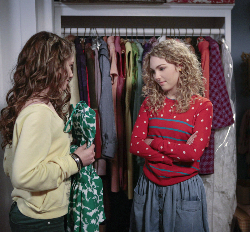 Stefania Owen as Dorrit and AnnaSophia Robb as Carrie on The Carrie Diaries.