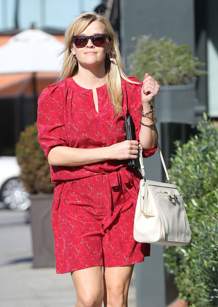 Reese Witherspoon carried a white purse.