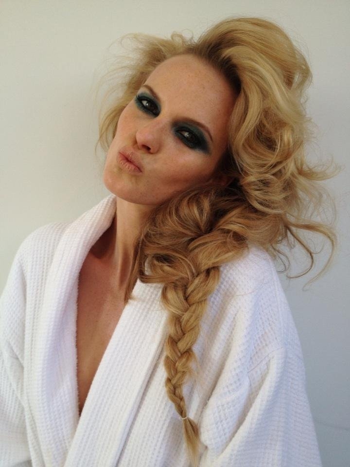 Anne V. showed off her gorgeous hair and makeup look while on the set of a photo shoot. Source: Twitter user AnneV