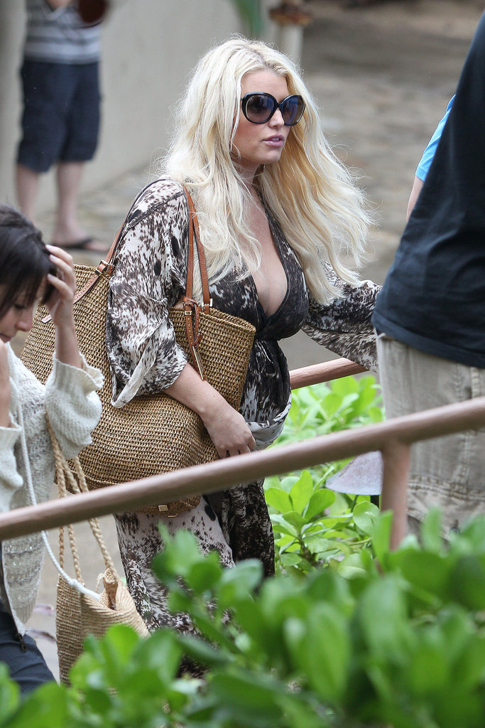 Jessica Simpson had lunch in Hawaii.