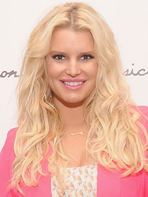 Tips: Jessica Simpson, 2018s beachy hair style of the hot actress