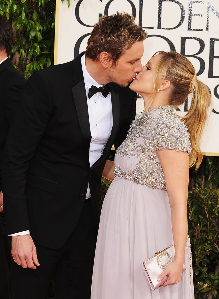 Pregnant Kristen Bell and Dax Shepard Kiss on the Globes Carpet