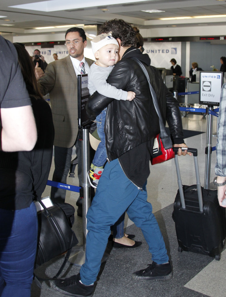 Flynn wore a knitted hat while getting carried by Orlando Bloom.