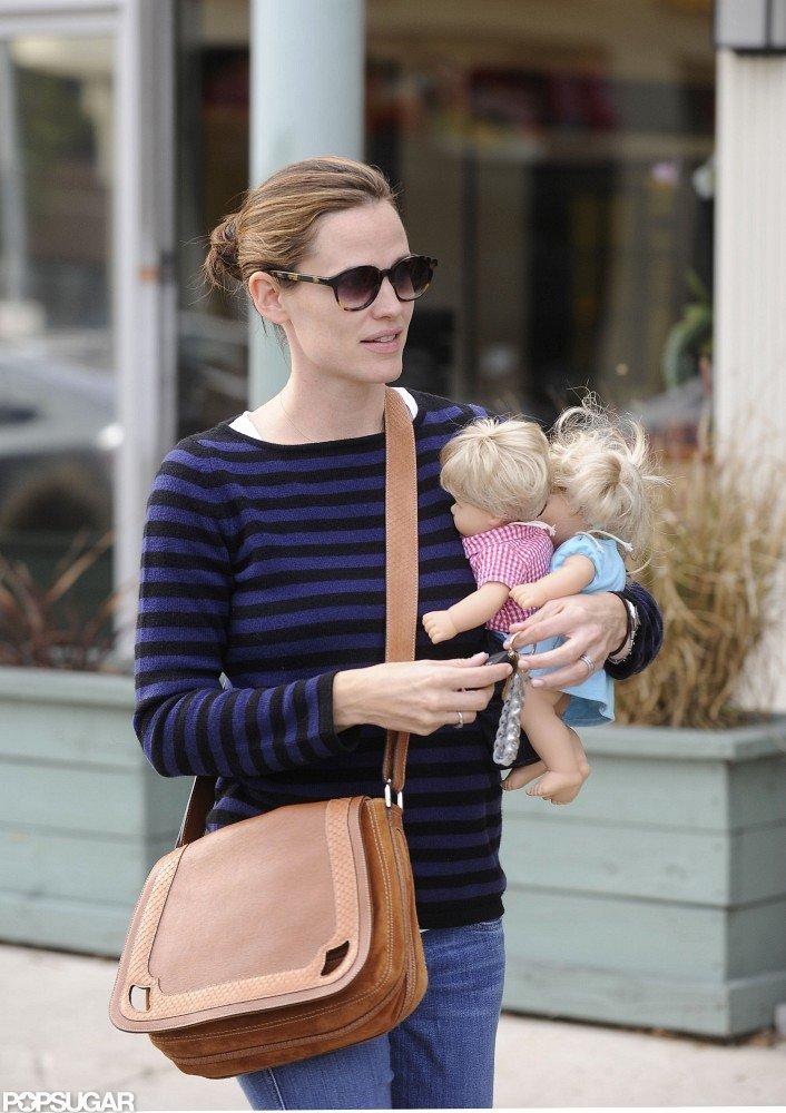 Jennifer Garner carried Seraphina's dolls to her karate class.