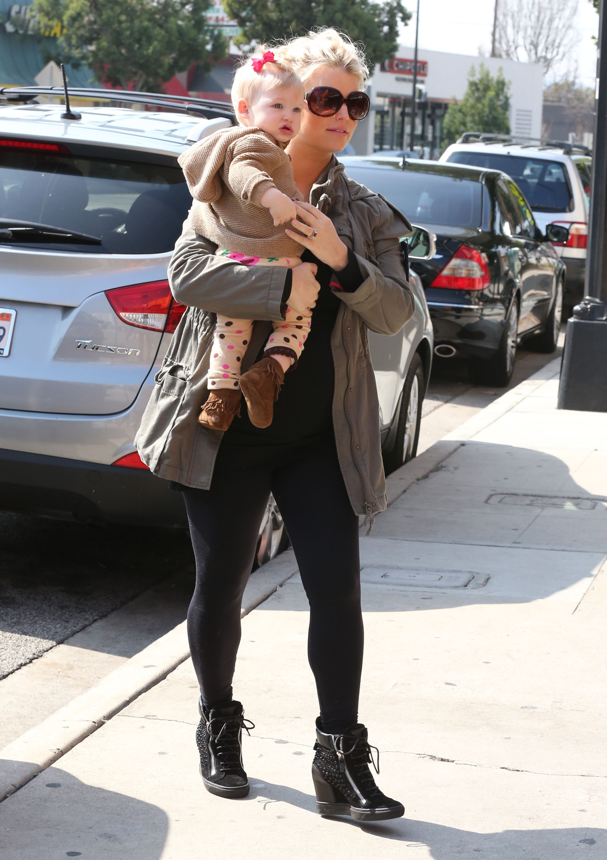 Jessica Simpson wore oversize shades for her lunch date with Maxwell.