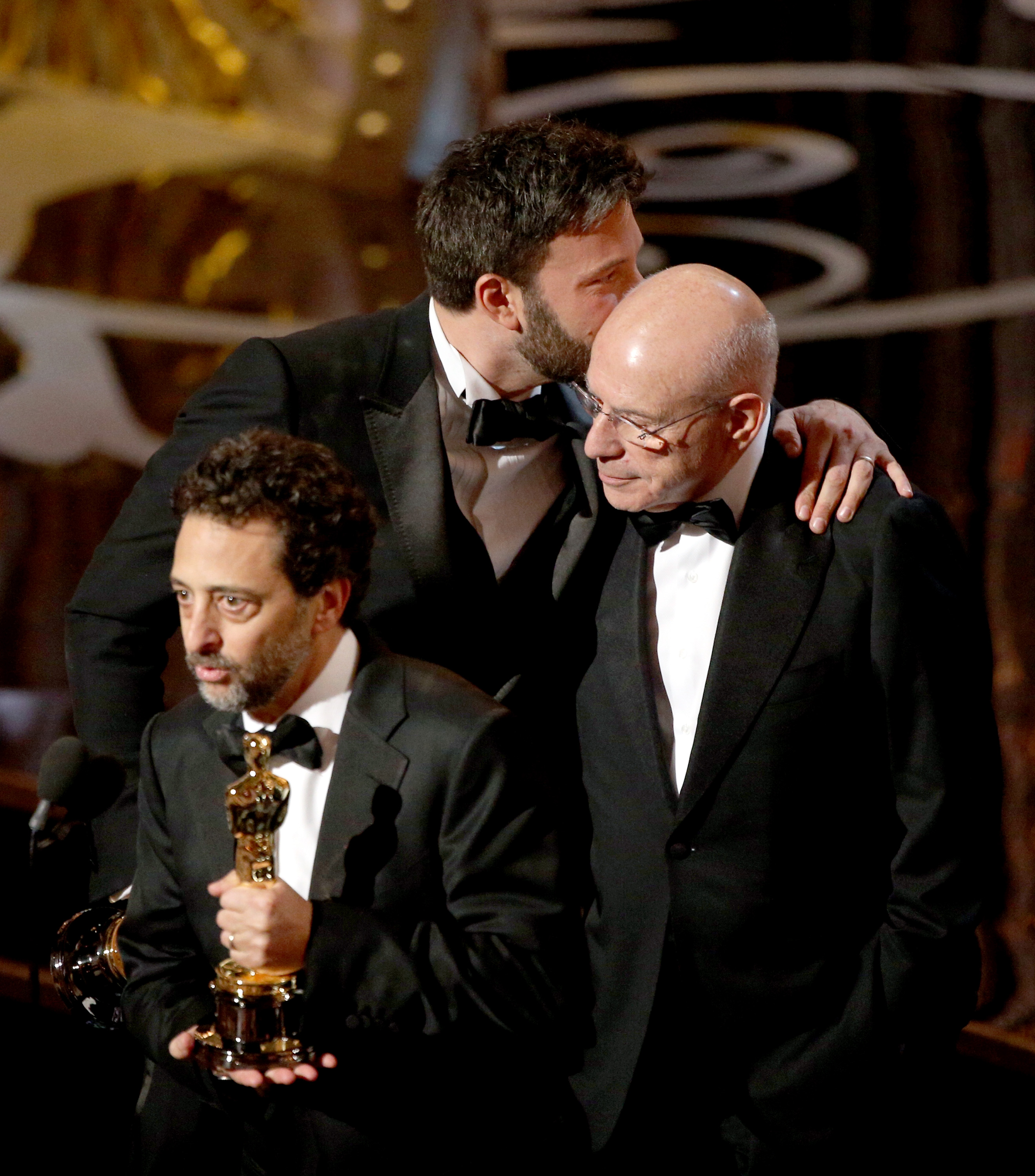 Ben Affleck kissed Alan Arkin on stage while Grant Heslov gave an acceptance speech for Argo's best picture won.