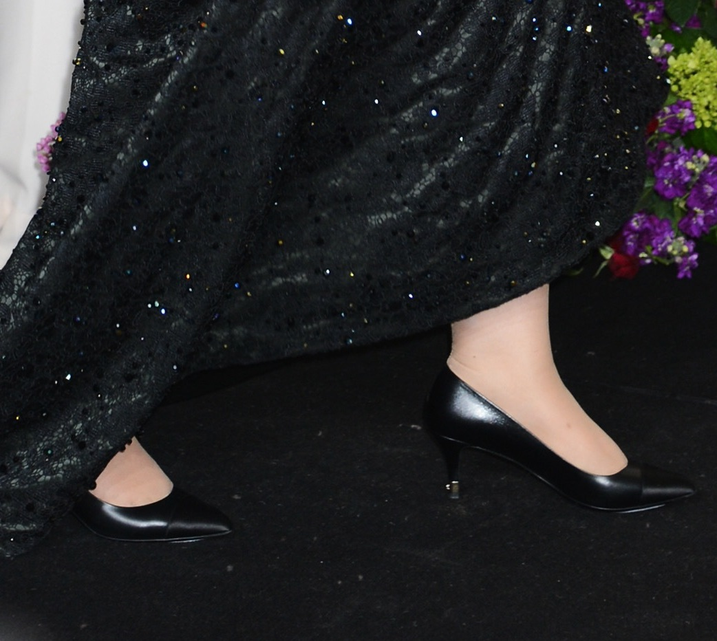 Upon entering the press room after the Oscars, Adele changed into a pair of black pointy kitten heels.