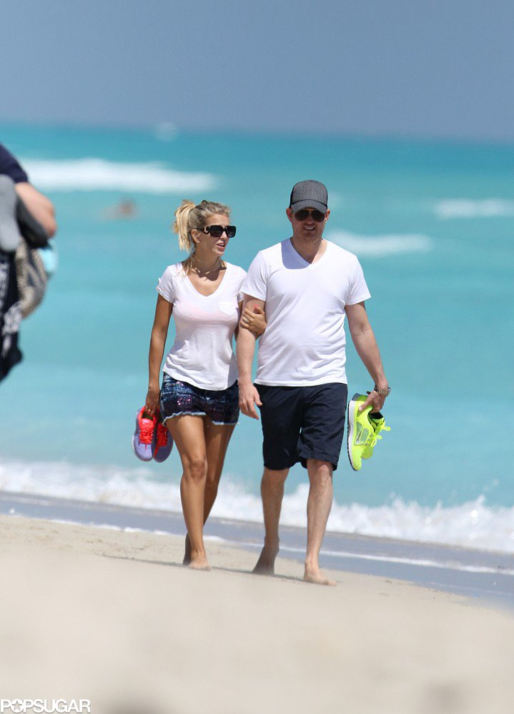 Luisana Lopilato and Michael Bublé walked on the beach in Miami.