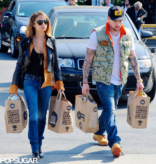 Nicole Richie and Joel Madden carried grocery bags to their car on Thursday.