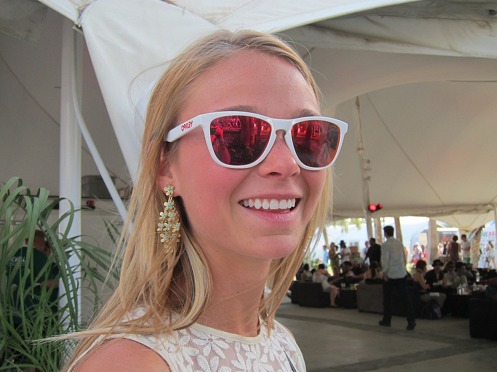These Oakley Frogskin sunglasses are sporty and cool with their polished white frame and mirrored ruby iridium lenses.