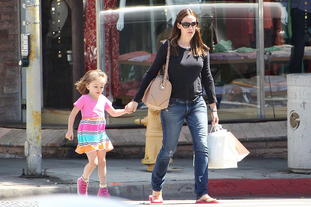Jennifer Garner Shops With Sera and Lines Up a Children's Movie