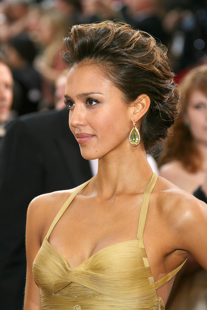 At the 2006 Oscars, Jessica wore a voluminous updo embellished with honey highlights and a golden brooch.
