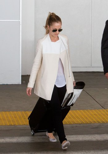 Minka Kelly kept incognito in a sleek white jacket, black skinnies, and aviators. Flats make this look functional, while the white and black palette are one of the chicest ways to hit the jetway.