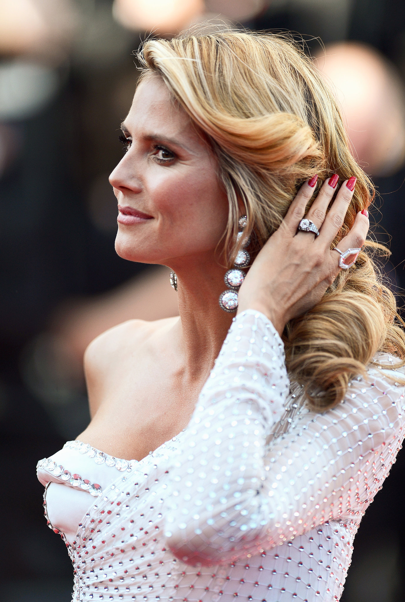 Working the red carpet at the premiere of Nebraska, Heidi Klum stroked back her glamorous waves with her red manicure.