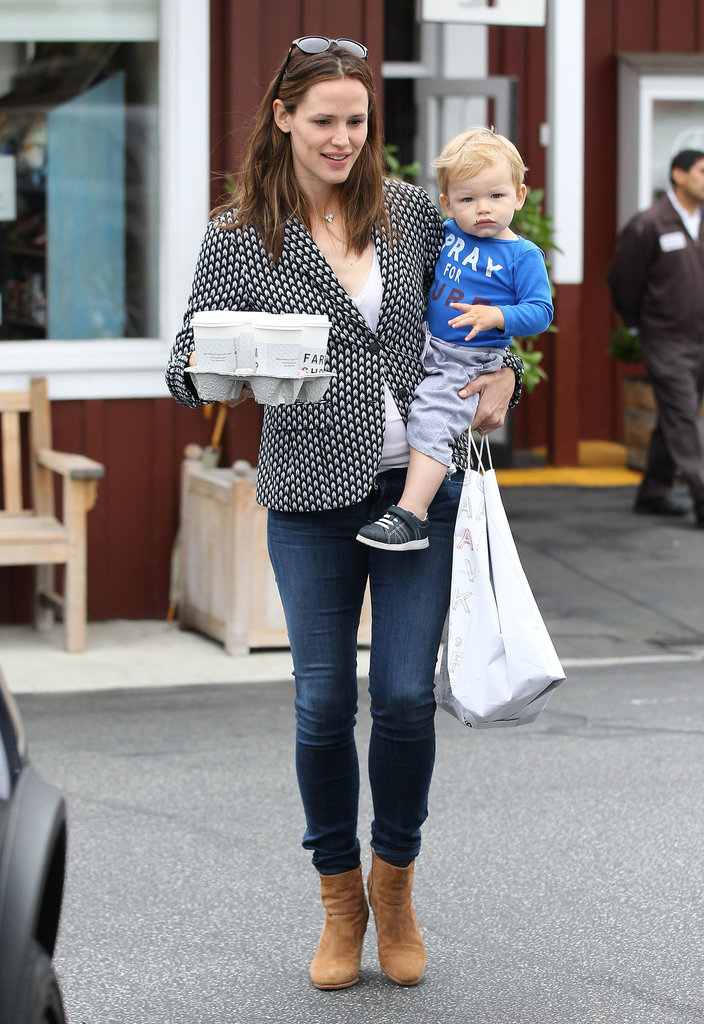 Jennifer Garner carried a big order of coffees.