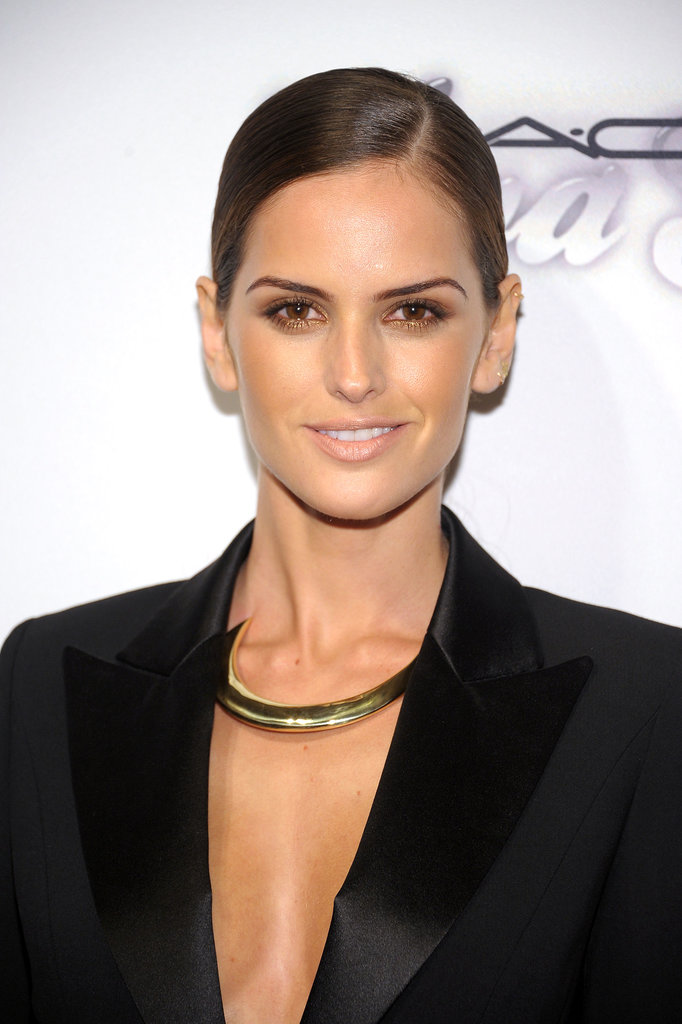 Bold brows and heavy bronzing made for an alluring look on model Izabel Goulart.