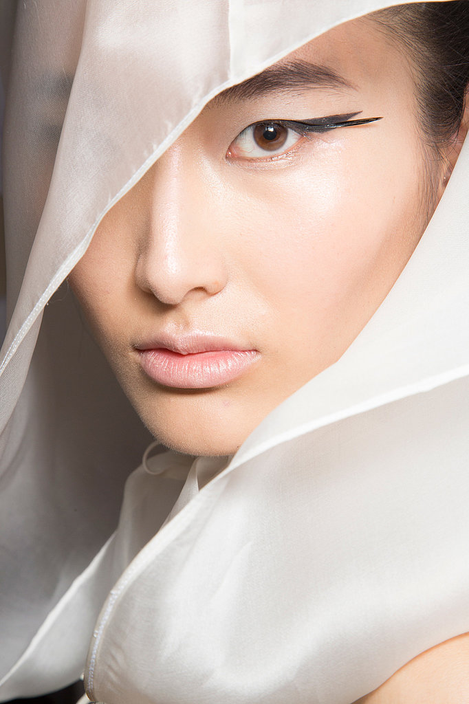 At the Oscar Carvallo presentation, the eyeliner was a double-winged design, while the remainder of makeup was neutral.