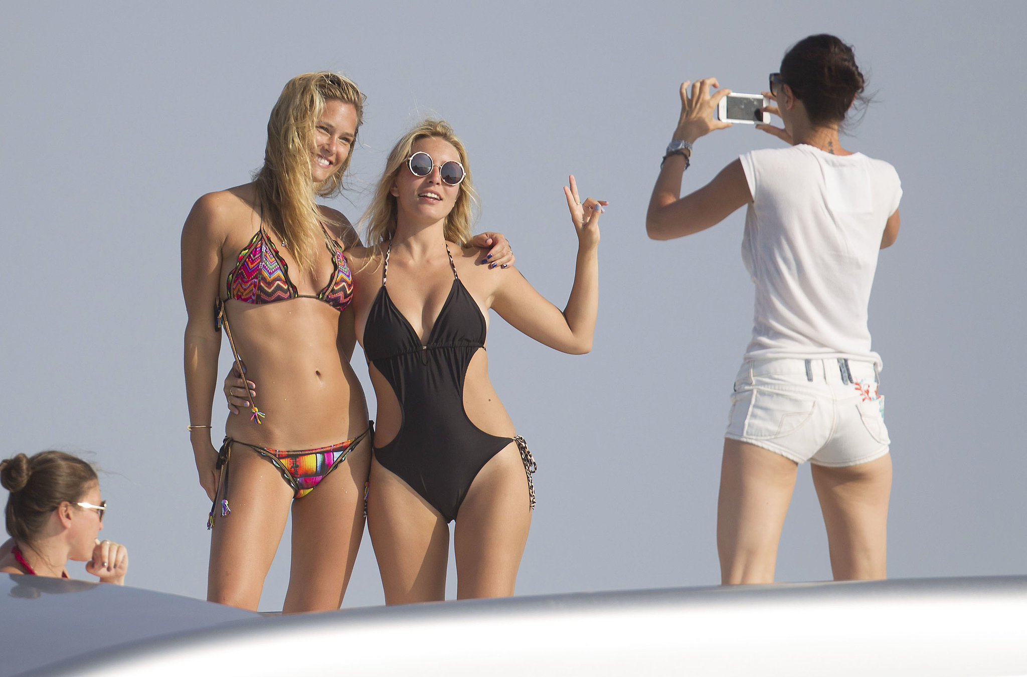Bar Refaeli and her friend posed for photos.
