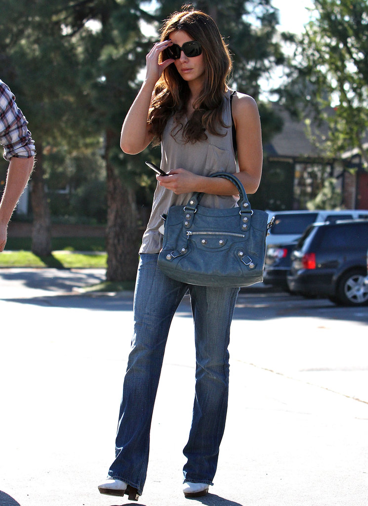 In January 2010, Kate doubled up on blues, donning Citizen of Humanity boyfriend jeans and a cerulean Balenciaga Arena satchel while enjoying a family day in LA.