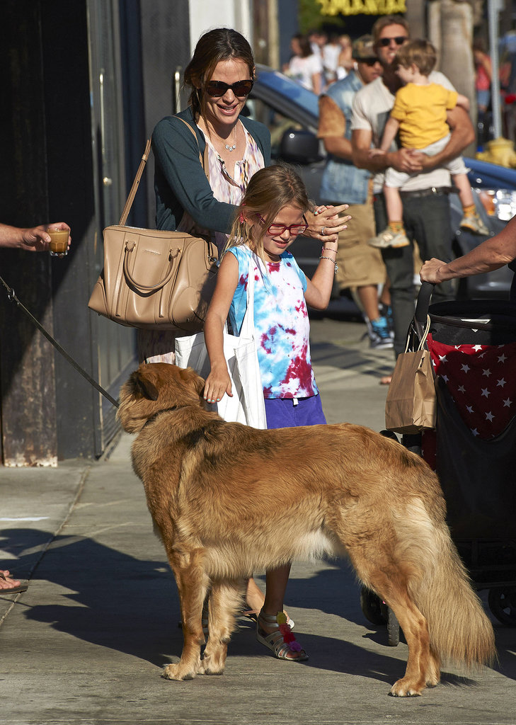 Jennifer Garner and Violet Affleck had a cute run-in with a dog while shopping in Venice Beach together.