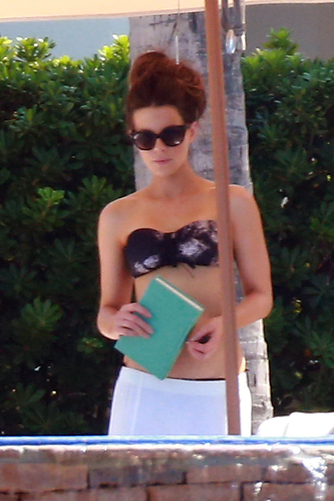 Kate Beckinsale brought a book on a family vacation south of the border.