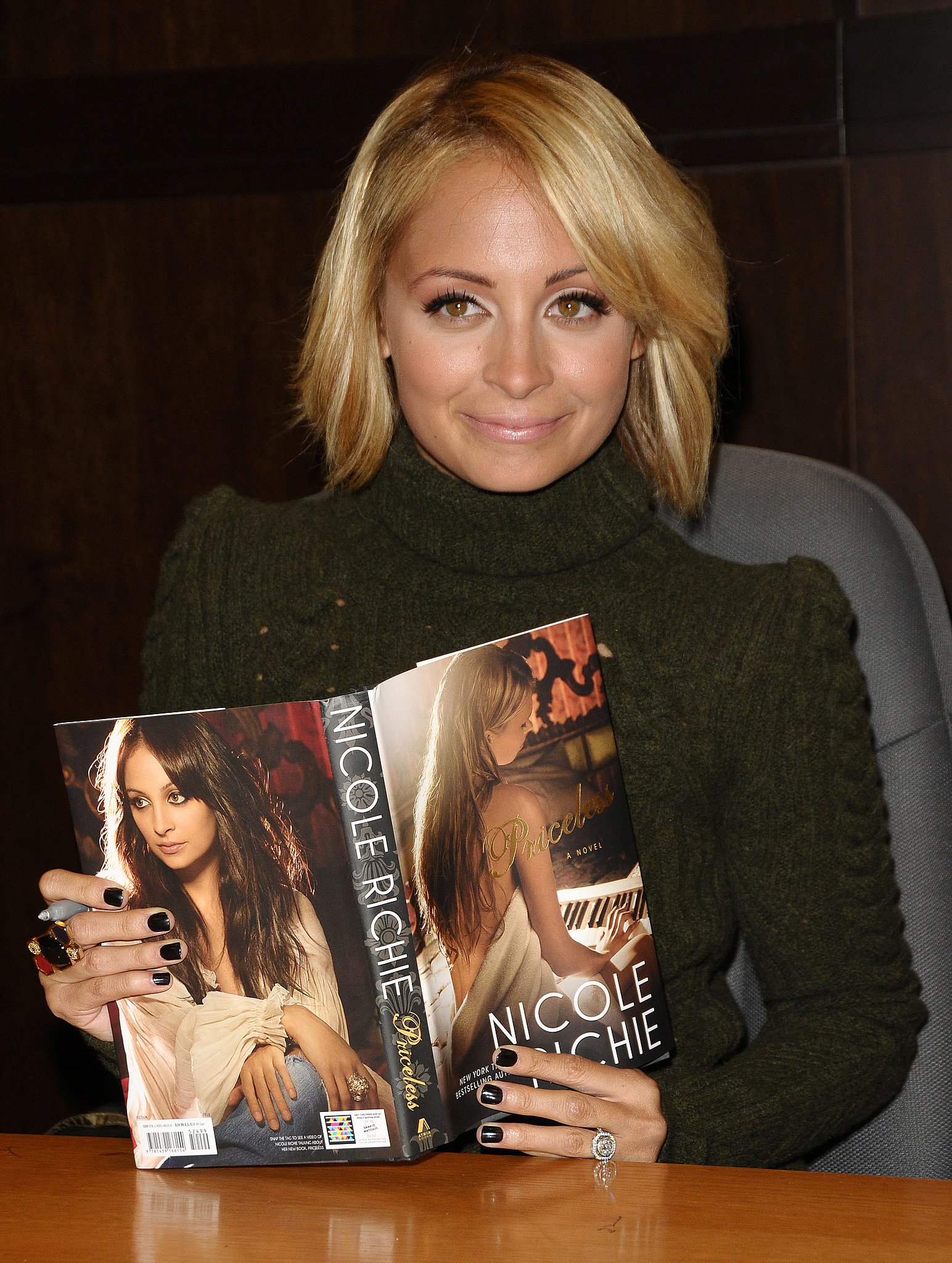 Nicole signed copies of her second book, Priceless, at an LA Barnes and Noble store in October 2010.
