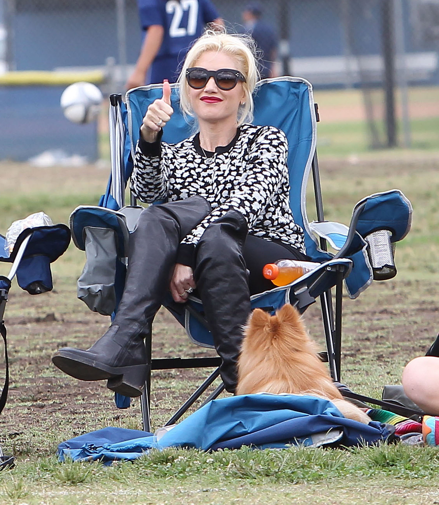Gwen Stefani gave a thumbs-up to her son Kingston Rossdale.